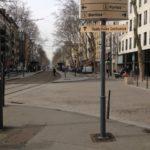 Cours Charlemagne, en face de l'escalator descendant du centre d'échange de Perrache, à droite