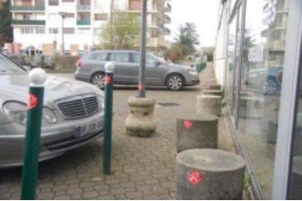 Des autocollants AïeAction posés sur le mobilier urbain dangereux