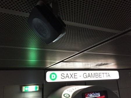 Balise sonore sur le quai du métro